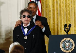 U.S. President Barack Obama awards a 2012 Presidential Medal of Freedom to musician Bob Dylan during a ceremony in the East Room of the White House in Washington, May 29, 2012. REUTERS/Kevin Lamarque (UNITED STATES - Tags: POLITICS SOCIETY PROFILE ENTERTAINMENT) - RTR32T34